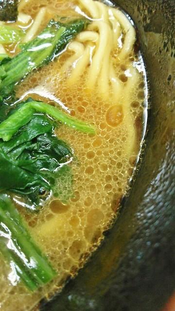 亀家 - 鶏油たっぷりのスープ。醤油感が強いです。