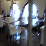 トラットリア イル バッコドーロ - テーブルも4人掛けと広い空間でお食事を楽しめ、ワインも充実しております
