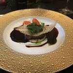 76700035 - 牛フィレ肉 ポワレにし、ロブション風ポテトのピュレ ニンジン、季節の茸、こくがある赤ワインソースと共に。