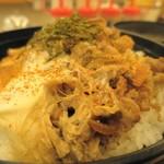 松屋 - 牛とじ丼、七味をババっと