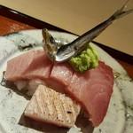 76701480 - 鰤(石川県氷見)の刺身、小鰯(山口県)を乗せて                       鰤が鰯を追いかけてるイメージで