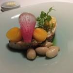 レストラン カズ - 魚料理は大きな鰆を使ったソテー、口あたりのアクセントにピーナッツが添えられてました。