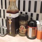 フジヤマドラゴンカレー - 卓上にある調味料