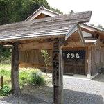 """そば処 三之助 - 門柱は、古民家で使用されていた""""梁"""""""
