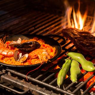 黒毛和牛や有機野菜などの新鮮素材を500℃の高温で焼き上げる