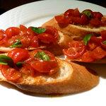 7672619 - 「トマトとバジルのブルスケッタ」(2個で580円)です。