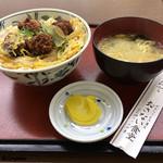 お食事処おさない - 副菜の沢庵と味噌汁付