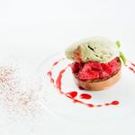 ビストロ・ダルテミス - マルキーズショコラ、ピスタチオアイスクリームとイチゴのソース(Xmasコース)