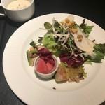 Ginsai 銀座 - 1000円ランチにはたっぷりのサラダと前菜がつきます