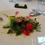 レストラン・モリエール - *その理由は、すぐに全体を混ぜ合わすのですよ。 ただ混ぜすぎてもダメらしく、指示通りの回数(3回だったような)混ぜました。 20種類以上のお野菜や数種類のドレッシングの味わいが調和して、美味しいですよ。