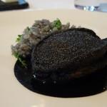 レストラン・モリエール - ◆蝦夷鮑、イカスミソースで。 これ前回も頂きましたが「蝦夷鮑を昆布で巻いて8分蒸した後、 イカスミ入りのパン粉とセモリナ粉をまぶしてオリーブ油でカリッと焼き上げた品。