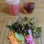 76741455 - 野菜ジュースと前菜のサラダと温かいお茶