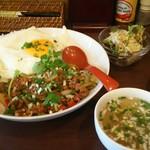 ハヌマン - ガパオライスとスープ、サラダ。
