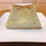 Pain de Montee - マウントメロンフジヤマ             中にはクリームがたっぷりなふわふわメロンパン。