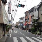 とんかつ ひろ喜 - 少し離れて・・・ 周囲は完全な住宅街、右奥がお店