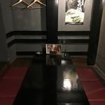 釜焼鳥本舗 おやひなや - 店内!暗い。
