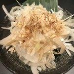 大衆昭和居酒屋 川崎の夕焼け一番星 - 玉ねぎサラダ