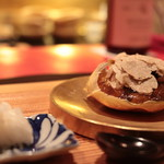 76773319 - 蒸しあげた上海蟹雄、ベルーガキャビア、神戸牛コンソメ出汁ジュレ、白トリュフかけと千枚漬け