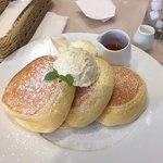 幸せのパンケーキ 横浜中華街店 - 幸せのパンケーキ。生クリーム・バニラアイスのダブルトッピング。