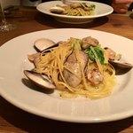 イタリアン アンド ワイン チャコール - 牡蠣と蛤のパスタ