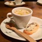 イタリアン アンド ワイン チャコール - サツマイモのスープとゴルゴンゾーラのクロスティーニ