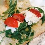 Mmmozza - YAYA (モッツァレラ・グリルドベジタブル・ルッコラ) ハーフ 税込@842円 パンとドレッシングが塩っ辛くて、あまりチーズも印象に残らないサンドイッチ。