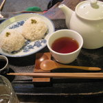 7679521 - ココナッツおはぎと生姜紅茶。絶品でした。