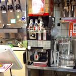 赤垣屋 - 厨房には様々な機械が並んでいる。写真中央は燗酒機。熱燗とぬる燗に対応。(熱燗注入中)