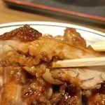 讃岐うどん 伊吹や製麺 - 「鶏テキ」は、カリカリに焼かれた鶏肉に、甘く酸味とにんにくの旨味が効いたタレがかかってウマウマ!分厚くジューシーな姿とは裏腹に油っこさを感じさせない美味しさが楽しめました!