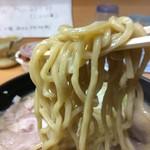 76795706 - 「大豚ラーメン 醤油」「大盛」麺リフト。麺は小麦胚芽入りの自家製極太麺で、加水率低めのやや縮れ麺である。