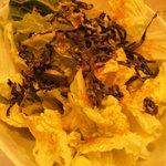 わら焼き 肴場 -matsuyama- - 白菜サラダ。。上にゴマドレッシングと塩昆布を掛けただけ。。