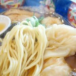 かつみ - 2017年10月 エビワンタン麵ワンタン5ケ入スープ黒の麺の具合
