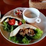 茂庵 - ピタパンサンド(スープ、豆サラダ付き)1400円+ソフトドリンクSのセット(+200円)