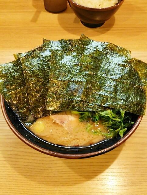 紫蔵 - ラーメン700円。海苔増し50円。