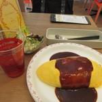 ポムの樹 幸せのオムライス&フレンチトースト - そうこうしてると注文した風味豊かなデミグラスソースオムライスの3点セット1030円の出来上がり。