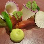 76813978 - ②西米良サーモン(宮崎県西米良産)と季節の野菜(黒大根スライス、紫大根スライス、イエローカリフラワー、インゲン豆、ズッキーニ、イエローのフルーツトマト、アボカドのソース)