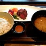 76822627 - メインのお肉、ご飯、味噌汁