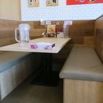横浜家系ラーメン 印西家 - テーブル席の様子