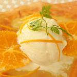 クレープリー・スタンド シャンデレール天王寺 - 温かいクレープに冷たいアイス、 オレンジバターソースの酸味が絶妙にマッチしてます! クレープ生地がもっちりしていて美味しいよ。