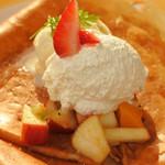 クレープリー・スタンド シャンデレール天王寺 - たっぷりのフルーツに、ホイップクリームとバニラアイス。 こちらもとっても美味しいです! ガレット(そば粉で作ったクレープ)の方も美味しそうだったので、 次はガレットを食べてみたいね。