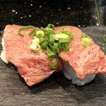 琉球回転寿司 海來 - A5ランク石垣牛の特選霜降りの炙りのアップ
