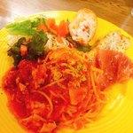 エルカミーノ - レディースランチ(この日のパスタは、白身魚のトマトソース)  前菜・サラダ・パスタがワンプレートに載せられて