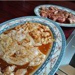 牛角 - 料理写真:ホルモン盛り合わせ(手前)とコロコロカルビ(2人前)