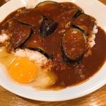 カレーハウス キラリ - この生卵がまた何とも…。生卵入りのカレーなんて一体どれくらいぶりだろう?(ゆで卵も選択可能)
