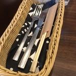 ミスターとフライパン - 食器類、箸付きは助かる