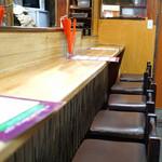 餃子荘 ムロ - 1階のカウンター席