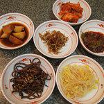 韓国料理 麦 - サービスの小皿がたくさんでてきます