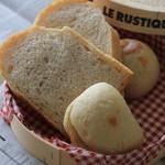 トースティーショップ - 料理写真:手前から:ハムチーズ、全粒粉、あんぱん
