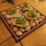 ナイン ストーリーズ - アミューズ1:銀杏 ニラのペースト 米のチップスに乗せて1