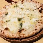 RIGOLETTO SMOKE GRILL & BAR - ピザは2人前以上から。私たちが頼んだのは… クアトロ・フォルッジ モッツァレラ、リコッタ、ゴルゴンゾーラ、パルミジャーノを使って❤️